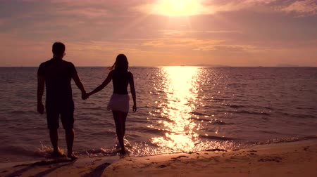 новобрачный : Romantic Coulpe Walking on the Beach at Sunset