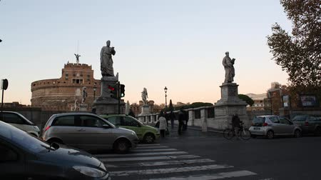 сценарий : A real fast timelapse shoot in a sunny day next to Castel s. Angelo in Rome, Italy