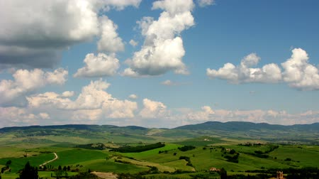 İtalyan : A timelapse in a typical Tuscan landscape, in a clear, cloudy day  Stok Video