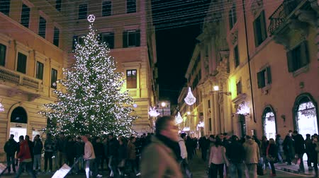 rzym : A clip shot in the heart of Rome, italy, during Christmas holidays with passing and busy people and traffic