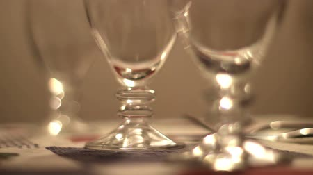 фокус : Hd clip; focus shift on some wine glasses on a table Стоковые видеозаписи