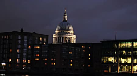 catedral : A night in London HD clip from a boat navigating on Thames river, view of St. Paul church and Southwark Bridge