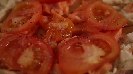 окропляет : chopped tomatoes sprinkled with pepper
