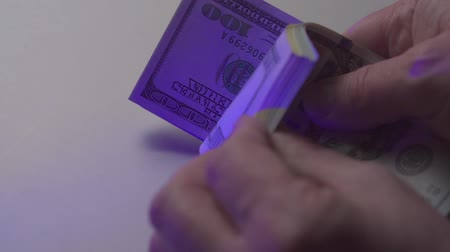 waluta : The man counts the money. Counting 100 dollar banknotes on a white table. Close up Wideo