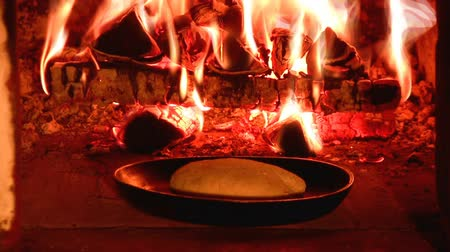 forno : Baking bread in a traditional oven