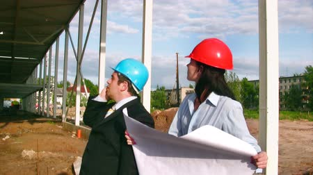 chantier travaux : Businessteam sur le site de construction de centre commercial