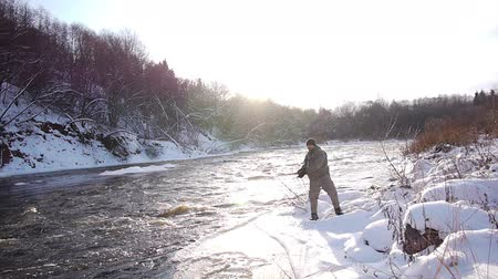 winter sport : Man visserij forel in forest rivier