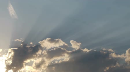raios solares : Timelapse shot of the heavenly clouds with sun rays Stock Footage