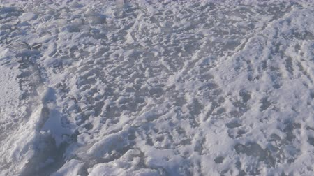 fascinante : Walking on the frozen sea. Hand hield footage. Stock Footage