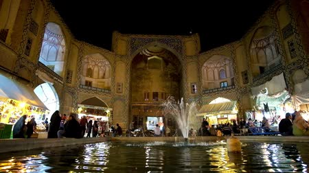 ispahan : ISFAHAN, IRAN - OCTOBER 19, 2017: The fountain in front of the main entrance to the Grand Bazaar (Qeysarriyeh), located in Naqsh-e Jahan (Royal) Square, on October 19 in Isfahan. Stock Footage