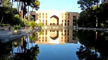 ispahan : ISFAHAN, IRAN - OCTOBER 19, 2017: The scenic garden of Chehel Sotoun Palace, the medieval building is reflected in clear surface of the pool, on October 19 in Isfahan. Stock Footage