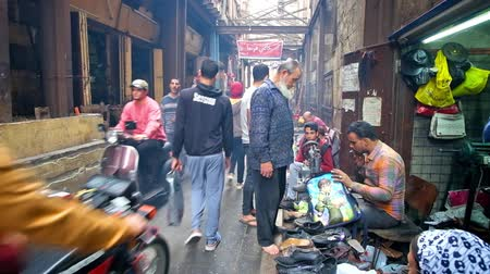 khalili : CAIRO, EGYPT - DECEMBER 20, 2017: The queue at shoe repair workshop in El-Gamaleya street - the narrow and busy place in district of Khan El Khalili Bazaar of Islamic Cairo, on December 20 in Cairo. Stock Footage