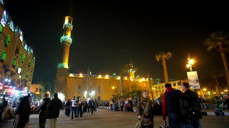 khalili : CAIRO, EGYPT - DECEMBER 20, 2017: The crowded square of Hasan El-Adawy in front of Al-Hussain mosque in district of Khan El Khalili Bazaar of Islamic Cairo, on December 20 in Cairo. Stock Footage