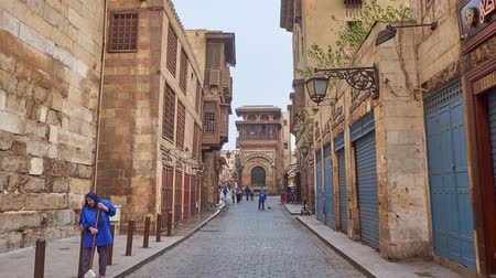 khalili : CAIRO, EGYPT - DECEMBER 23, 2017: The walk along Al-Muizz street to Sabil-Kuttab Katkhuda - historic edifice of public fountain and Quran school in Islamic Cairo district, on December 23 in Cairo. Stock Footage