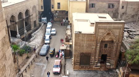 khalili : CAIRO, EGYPT - DECEMBER 21, 2017: The view from Bab Zuwayla gate on Al Khayama street with Tentmakers alley (Sharia Khayamiya), old mosques and mansions, on December 21 in Cairo, Egypt.