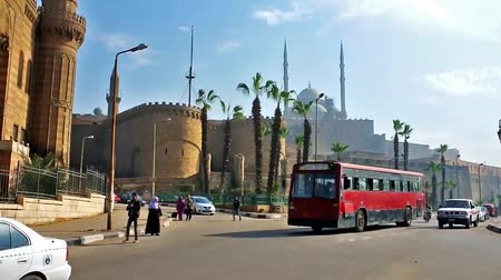 muhammad ali : CAIRO, EGYPT - DECEMBER 21, 2017: The transport on busy Salah El-Deen square with a view on medieval Saladin Citadel and Muhammad Ali mosque, iconic landmark of Islamic Cairo, on December 21 in Cairo. Stock Footage