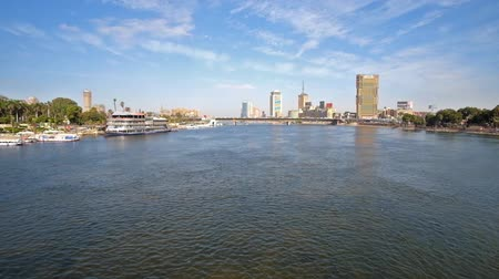 nil : CAIRO, EGYPT - DECEMBER 24, 2017: The view from Qasr El Nil bridge on the Nile river with pleasure boats and yachts at the bank of Gesira Island and high rises on the distance, on December 24 in Cairo