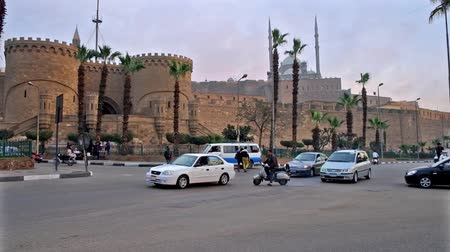 muhammad ali : CAIRO, EGYPT - DECEMBER 21, 2017: Massive ramparts of Saladin Citadel with Bab Al-Azab gate, facing Salah El-Deen square, the great mosque of Muhammad Ali is topped the hill, on December 21 in Cairo. Stock Footage