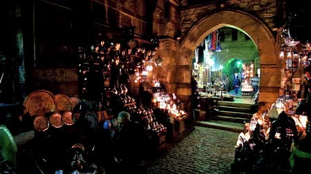 khalili : CAIRO, EGYPT - DECEMBER 21, 2017: The stores of Arabic lights, souvenirs and traditional lanterns in medieval Sel Sela Gate of Khan El Khalili Bazaar of Islamic Cairo district, on December 21 in Cairo Stock Footage