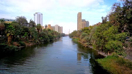 nil : The green banks of the branch of Nile river, stretching along the Corniche El Nil and Rawdah Island, Cairo, Egypt.