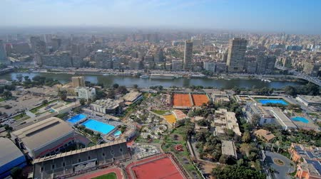 nil : The view from Cairo Tower on luxury hotels, gardens and restaurants of Gezira Island and the residential districts of Giza, located on another bank of Nile river, Egypt. Stok Video