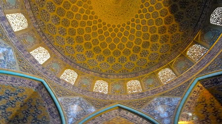 ispahan : ISFAHAN, IRAN - OCTOBER 21, 2017: Sheikh Lotfollah mosque boasts outstanding interior with tiled arabesque patterns on dome and walls, on October 21 in Isfahan. Stock Footage