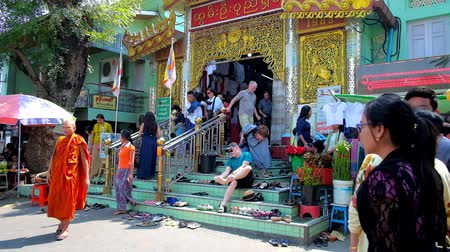 paya : SAGAING, MYANMAR - FEBRUARY 21, 2018: The crowded entrance to Image house of Soon Oo Pon Nya Shin Pagoda, people take off their shoes on the stairs of Temple, on February 21 in Sagaing.