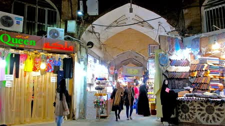 ispahan : ISFAHAN, IRAN - OCTOBER 21, 2017: Interior of Grand Bazaar, also famous as Qeysarriyeh Market, with numerous stalls, offering local crafts and other goods, on October 21 in Isfahan. Stock Footage