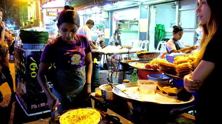 Бирма : YANGON, MYANMAR - FEBRUARY 14, 2018: The pancakes are tasty and fragrant Burmese street dish, cooking in numerous small stalls in Maha Bandula Road, Chinatown, on February 14 in Yangon.