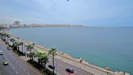 運輸 : ALEXANDRIA, EGYPT - DECEMBER 19, 2017: The city stretches along the coast, busy Corniche avenue faces the waterfront and is one of the busiest city locations, on December 19 in Alexandria.