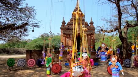 pagan kingdom : Archaeological site of Old Bagan boasts many ancient Buddhist temples and shrines and also interesting open air handicraft market with different souvenirs - traditional puppets and umbrellas, Myanmar. Stock Footage