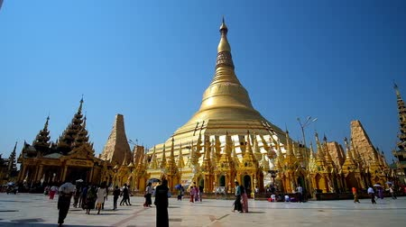 sztúpa : YANGON, MYANMAR - FEBRUARY 27, 2018: Giant golden stupa of Shwedagon Zedi Daw temple - most sacred Buddhist complex in country, famous for its architecture and rich decors, on February 27 in Yangon