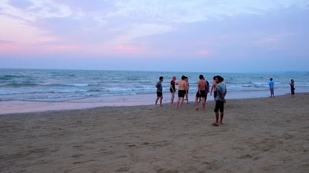 Бирма : CHAUNG THA, MYANMAR - MARCH 1, 2018: People play ball in the evening on the sand beach of Bay of Bengal, in one of the popular Burmese resorts, on March 1 in Chaung Tha.
