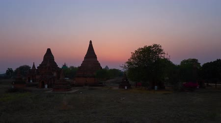 pagan kingdom : The twilight descends on the ancient archaeological site of old Bagan with preserved brick pagodas and temples, Myanmar. Stock Footage