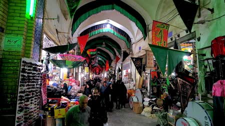 восточный базар : KASHAN, IRAN - OCTOBER 22, 2017:  Medieval building of Grand Bazaar with crowded alleyway, full of stores, stalls and visitors, on October 22 in Kashan