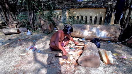 soška : BAGAN, MYANMAR - FEBRUARY 25, 2018: The young artisan carving carves the wooden sculpture in shade of trees at his workshop, located next to the Shwezigon Pagoda market, on February 25 in Bagan.