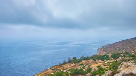 мальтийский : The windy weather and low clouds over the Dingli Cliffs - the famous natural landmark in Northern Region of Malta.