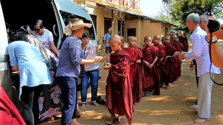 pagan kingdom : BAGAN, MYANMAR - FEBRUARY 25, 2018: The queue for orphan donations to novice monks (samaneras) of Shwe Gu Buddhist Training Monastery, on February 25 in Bagan. Stock Footage