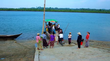 fishing village : KANGYI, MYANMAR - FEBRUARY 28, 2018: The queue at the ferry between the fishing villages on Kangy river, on February 28 in Kangyi.