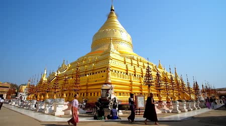 nyaung u : BAGAN, MYANMAR - FEBRUARY 25, 2018: Outstanding Shwezigon Pagoda with its giant golden stupa is the most popular landmark and most venerated place in historical site, on February 25 in Bagan Stock Footage