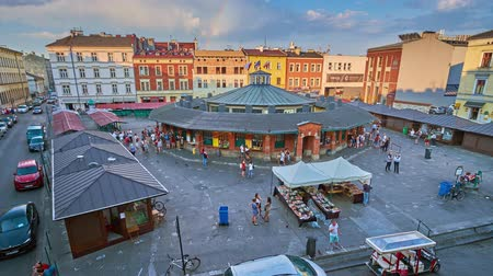 yahudi : KRAKOW, POLAND - JUNE 21, 2018: The rainbow in the sky over the New Square (Plac Nowy) in Kazimierz Jewish Quarter, famous for its flea market and historical objects, on June 21 in Krakow. Stok Video