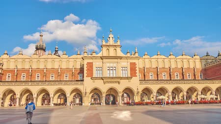 kamienice : KRAKOW, POLAND - JUNE 12, 2018: Panorama of Cloth Hall (Sukiennice) -  located on Main Square (Plac Mariacki) and serving as the handicraft market with interesting souvenirs, on June 12 in Krakow. Stock Footage