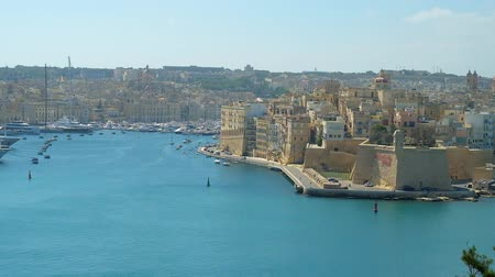 takımadalar : The viewpoint terrace in Herbert Ganado Gardens of Floriana opens the view on Grand Harbour of Valletta with picturesque medieval city of Senglea and Vittoriosa Marina with yachts and boats, Malta.