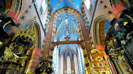 sukiennice : KRAKOW, POLAND - JUNE 11, 2018: The splendid interior of Neo-Gothic St Mary Basilica with ornate decorations, carved pulpit, masterpiece murals, fine patterns and complex vault, on June 11 in Krakow. Stock Footage