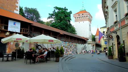 kamienice : KRAKOW, POLAND - JUNE 11, 2018: The  patio of the restaurant at the medieval rampart and tower of St Florian Gate (Brama Florianska) in Pijarska street, on June 11 in Krakow.