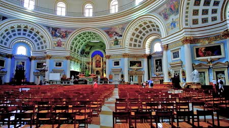 мальтийский : MOSTA, MALTA - JUNE 14, 2018: The prayer hall Basilica of the Assumption of Our Lady, the third largest rotunda in world, with picturesque dome and ornate interior decorations, on June 14 in Mosta.