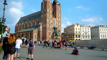 kamienice : KRAKOW, POLAND - JUNE 11, 2018: Riding on horse-drawn carriage is the easiest and the most exciting way to overview the main landmarks inside pedestrian part of Stare Miasto, on June 11 in Krakow. Stock Footage