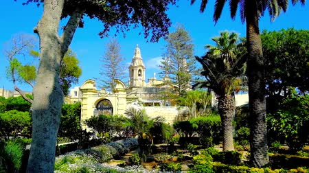 maltština : NAXXAR, MALTA - JUNE 14, 2018: The pleasant shade of Italian gardens of Palazzo Parisio  ), one of the main landmarks of the village, on June 14 in Naxxar. Dostupné videozáznamy