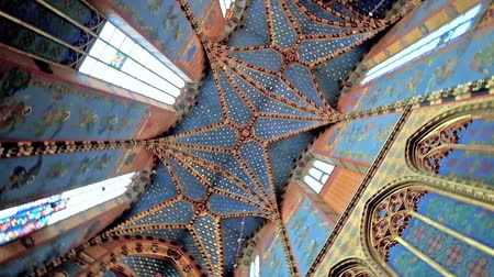 oltář : KRAKOW, POLAND - JUNE 11, 2018: Relief vault of Neo-Gothic St Mary Basilica with ornate stellar decorations, murals and carved details, on June 11 in Krakow.