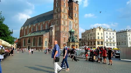 kamienice : KRAKOW, POLAND - JUNE 11, 2018: The breakdancers show their skills in Main Market square next to St Mary Basilica and local restaurants,, on June 11 in Krakow.